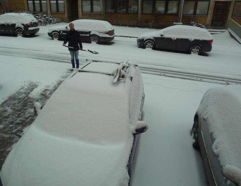 Marcel beim Schneeschieben