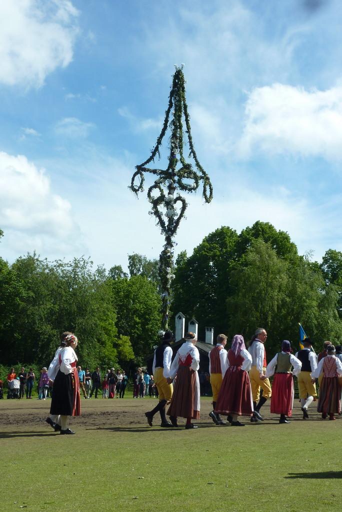 In Skansen, dem Freilichtmuseum, wurde gleich an 3 Tagen hintereinander Mittsommar gefeiert mit der traditionell gekleideten Volkstanzgruppe, die auch Besucher zum mitmachen einlädt.