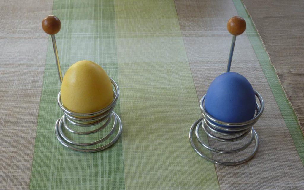 Ja, die Farbkombination ist Absicht. Und nein, in Schweden gibt es auch andersfarbige Ostereier.