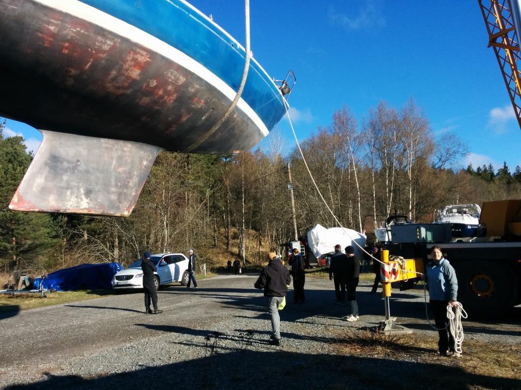 Romina hält das Boot gut fest, damit es nicht aus Versehen wegfliegt